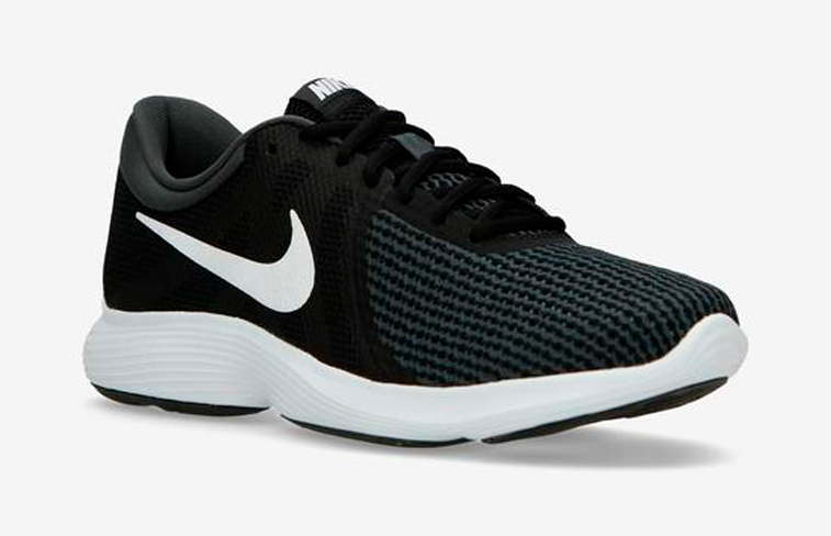 1c43e38cb5a Por poco que hayas mirado a tu alrededor en 2018, seguro que en algún  momento has visto a alguien llevando las nuevas zapatillas Nike Revolution 4  EU.